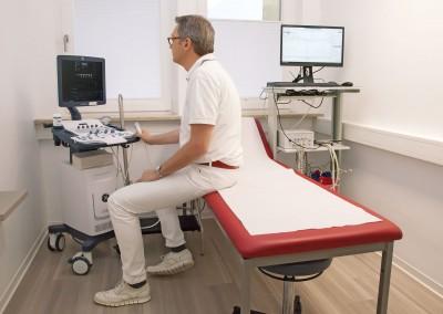 Unter Ultraschallkontrolle führen wir die Lasertherapie (ELVeS) ambulant in unserer Praxis durch